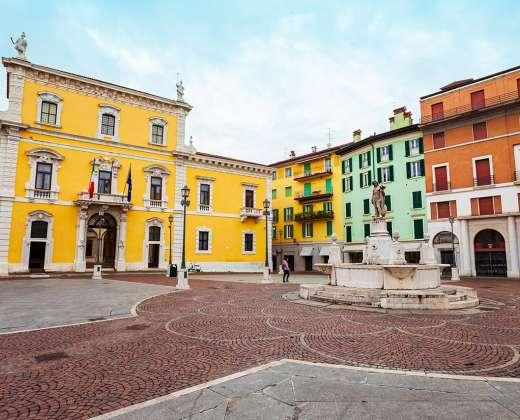 Italija. Piazza del Mercato aikštė Brešoje