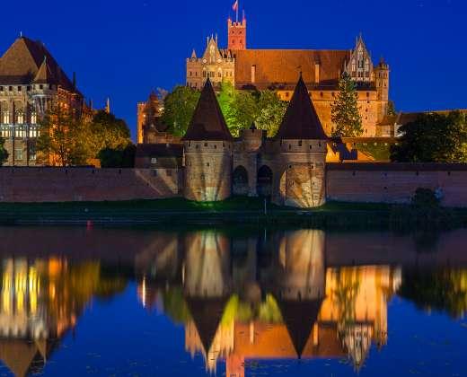 Malborko pilis naktį
